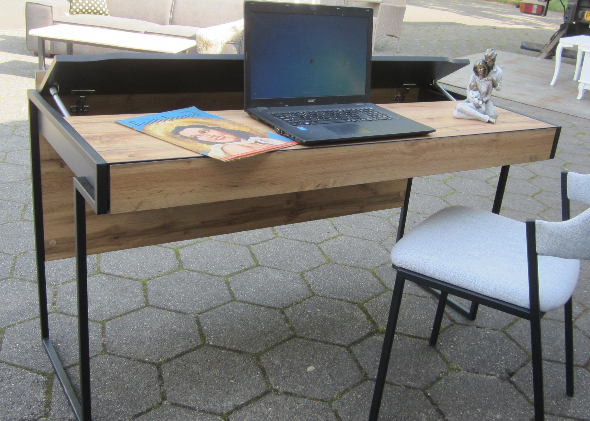 Skrivebord med magasin