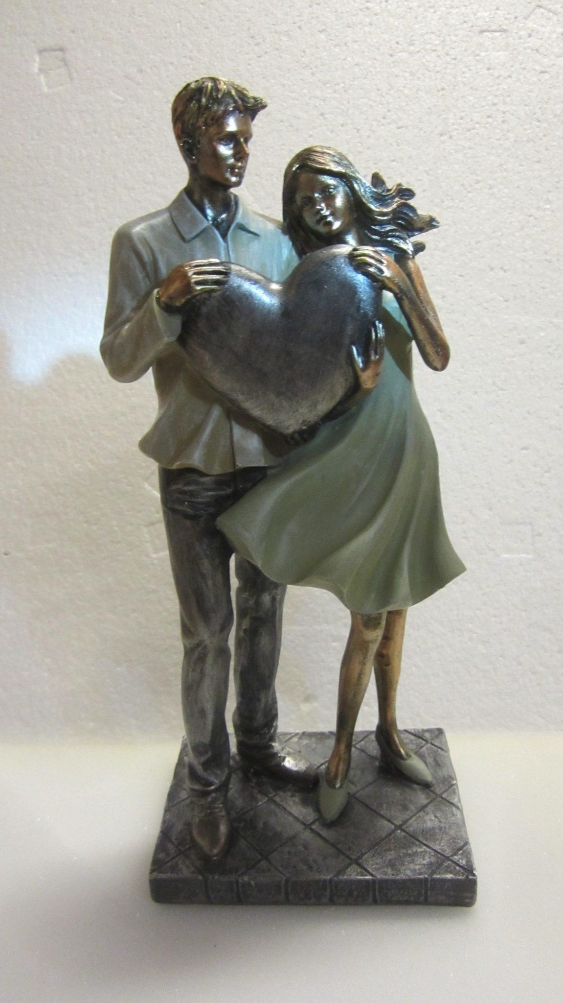 Par stående med hjerte